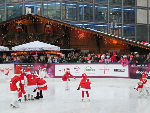 Weihnachtsmarkt auf dem Alexanderplatz - Eisbahn
