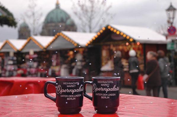 Weihnachtsmarkt am Opernpalais - Glühwein