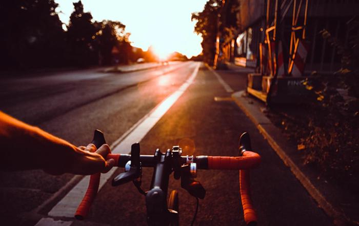 Fahrradfahren beim Sonnenuntergang
